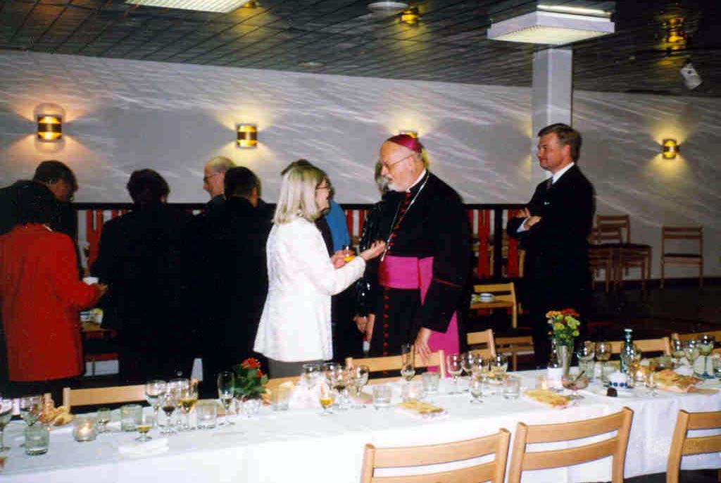 Biskop Anders Arborelius i samspråk med en av föreningens medlemmar.