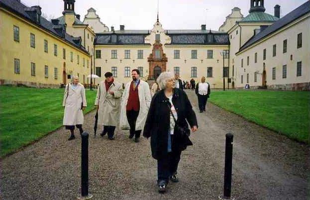 Några av föreningens medlemmar framför Tyresö slott